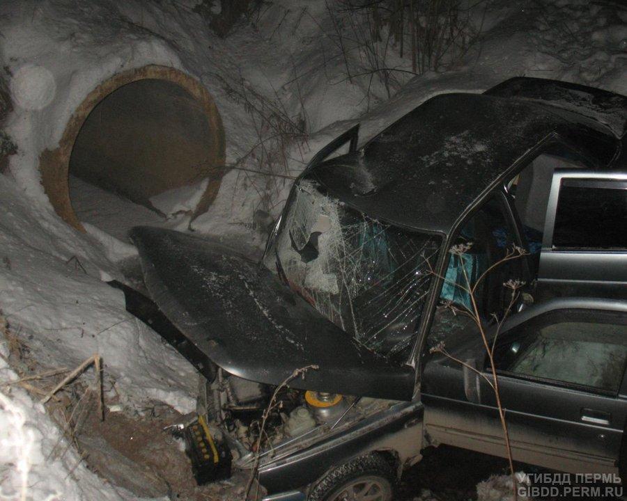 В Нытвенском районе при наезде на трубу пострадали водитель и пассажир ВАЗа