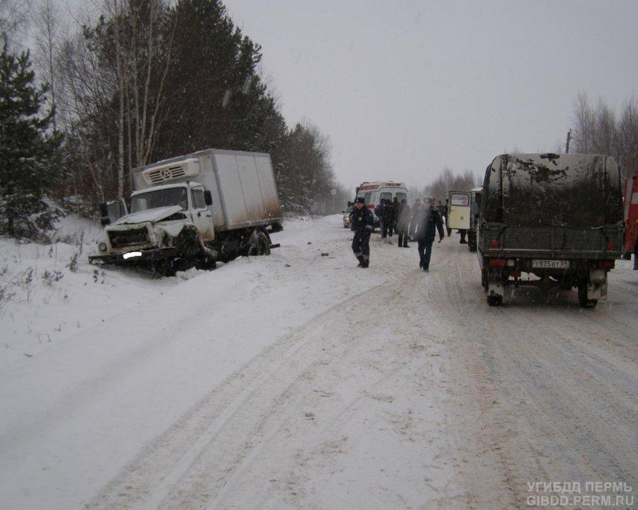 В Осинском районе УАЗ-«буханка» столкнулся с грузовиком, трое травмированы - фото 1