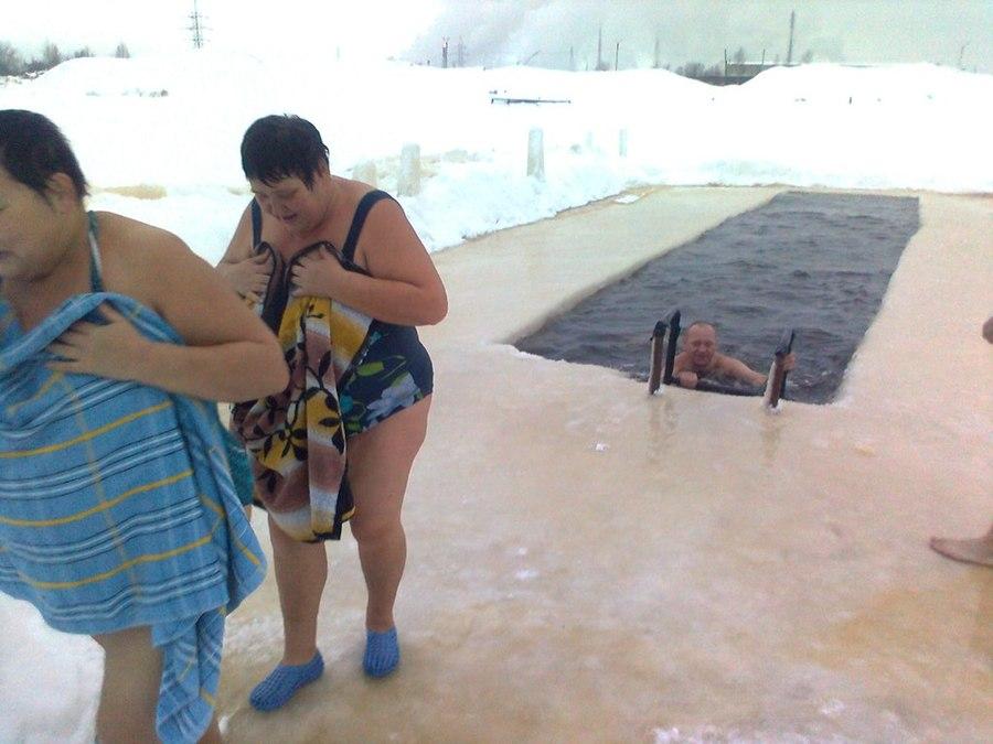 Березниковские моржи, не дожидаясь Крещения, отметили Рождество в проруби