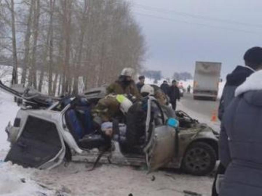 В ДТП на трассе Пермь — Екатеринбург погибли 5 человек, 4  (трое - дети) ранены - фото 1
