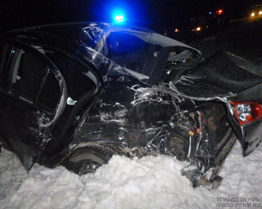 На трассе Пермь — Екатеринбург Мицубиси столкнулся с фурой, пассажир погиб - фото 2