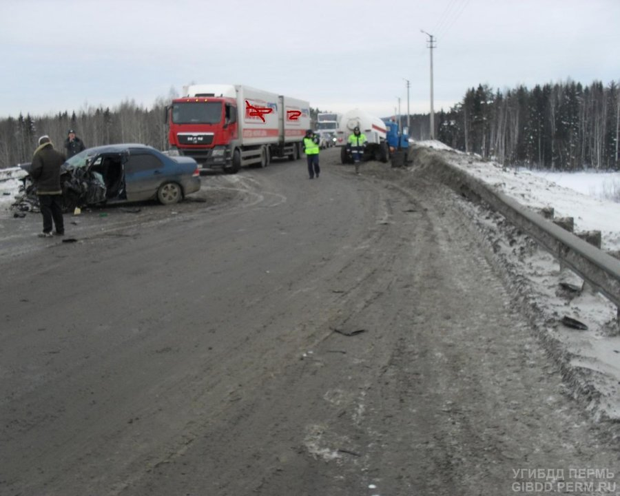 На федеральной трассе в Пермском крае Мицубиси врезался в ЗИЛ - фото 1
