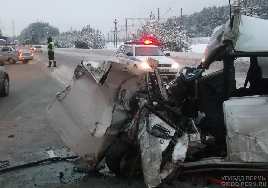 В Перми водитель «пятерки» совершил столкновение с автобусом и погиб - фото 1