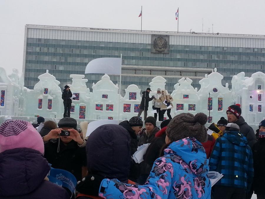 Скульпторы из Алтая подарили пермякам снежную открытку