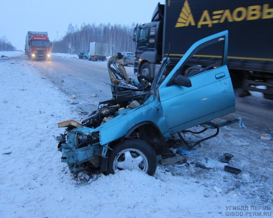 На трассе Пермь — Екатеринбург произошло столковение ВАЗа с фурой