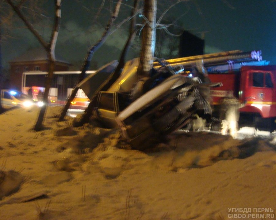 В Краснокамске ВАЗ врезался в дерево, пассажир погиб