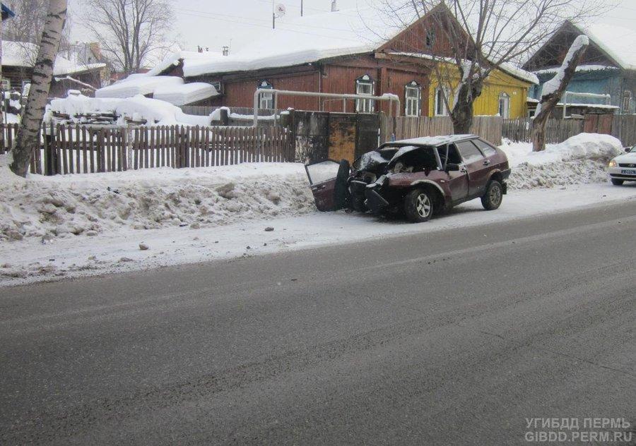 В Перми водитель без прав зарулил на дерево - фото 1
