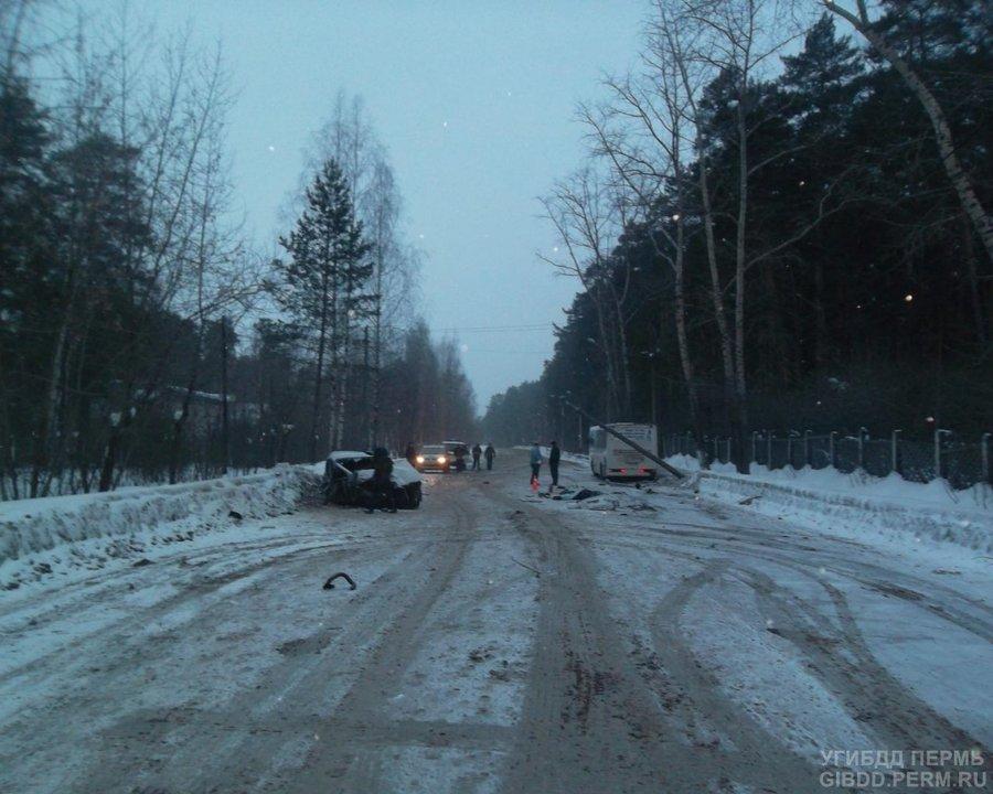 В Перми в столкновении c автобусом погибла пассажирка легкового автомобиля