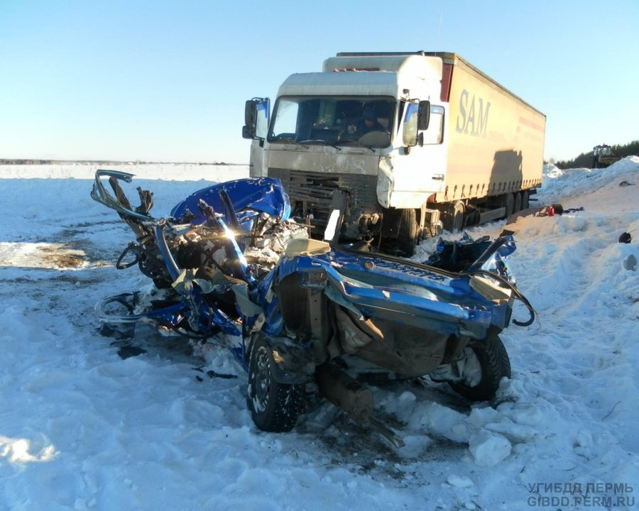 На трассе Пермь — Екатеринбург в столкновенни Шевроле с фурой погибли четыре человека