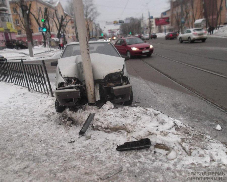 В Мотовилихинском районе Перми водитель врезался в светофор