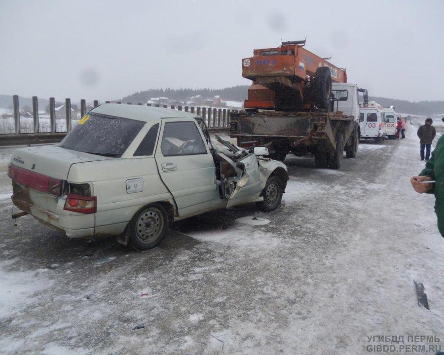 В Пермском районе ВАЗ врезался в попутный автокран, двое травмированы