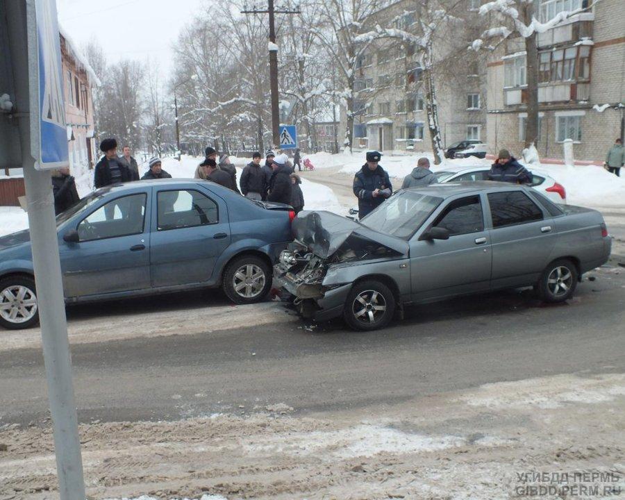 В Соликамске водитель «десятки» въехал в стоящий Логан - фото 1