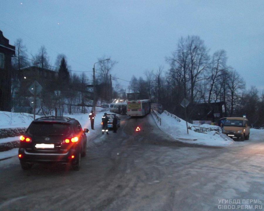 В Перми на Мостовой столкнулись два автобуса - фото 1