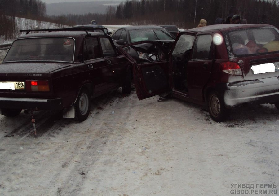 В Добрянском районе столкнулись три автомобиля, один водитель погиб