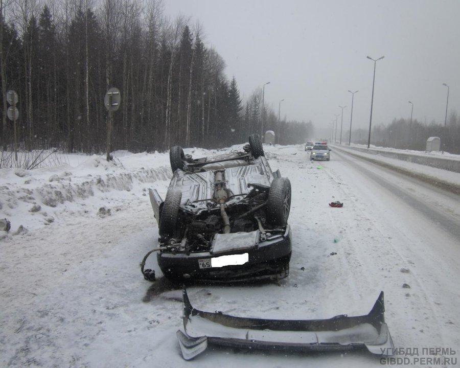 В Перми перевернулся Фольксваген, два человека погибли, один получил тяжелые травмы - фото 1