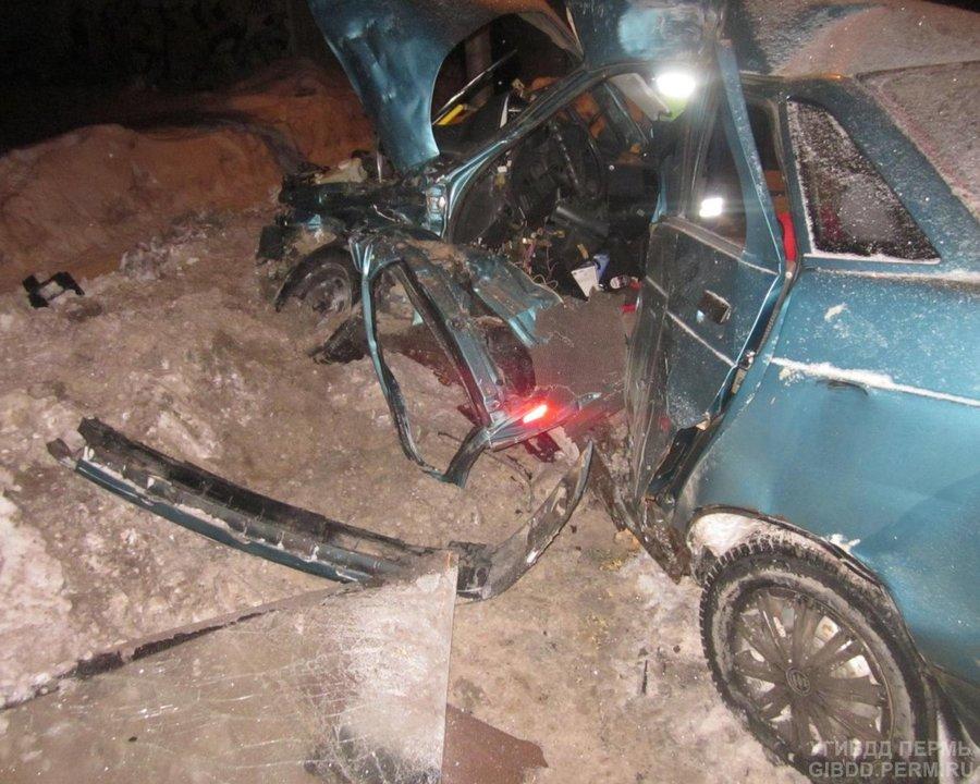 В Перми ВАЗ столкнулся с автобусом, два человека погибли - фото 1