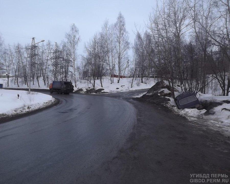 В Перми водитель без прав загнал Волгу в водосток