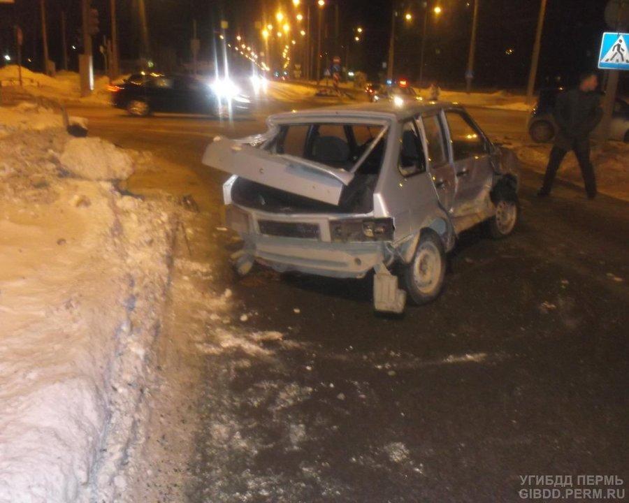 В Перми в ДТП с тремя автомобилями травмирована беременная женщина - фото 1