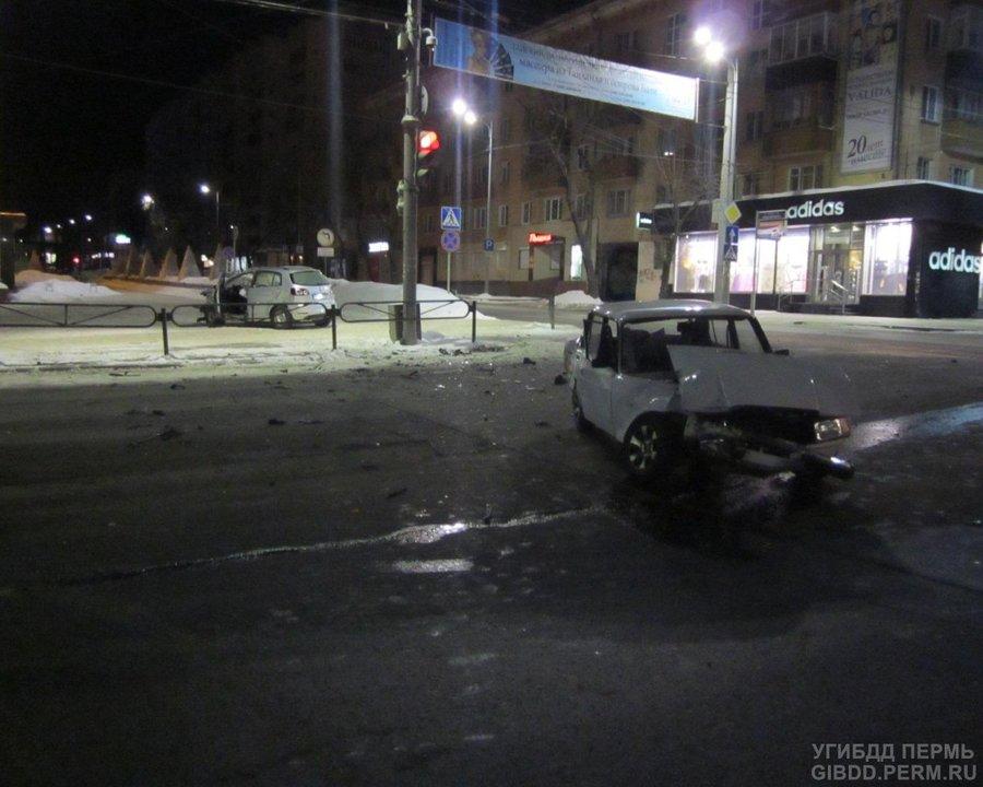 В центре Перми Фольксваген вылетел на красный свет - фото 1