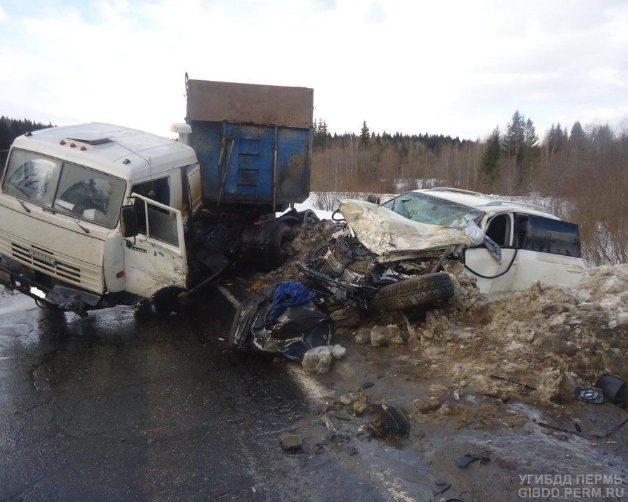 На трассе Кунгур - Соликамск КАМАЗ врезался в Фольксваген Туарег