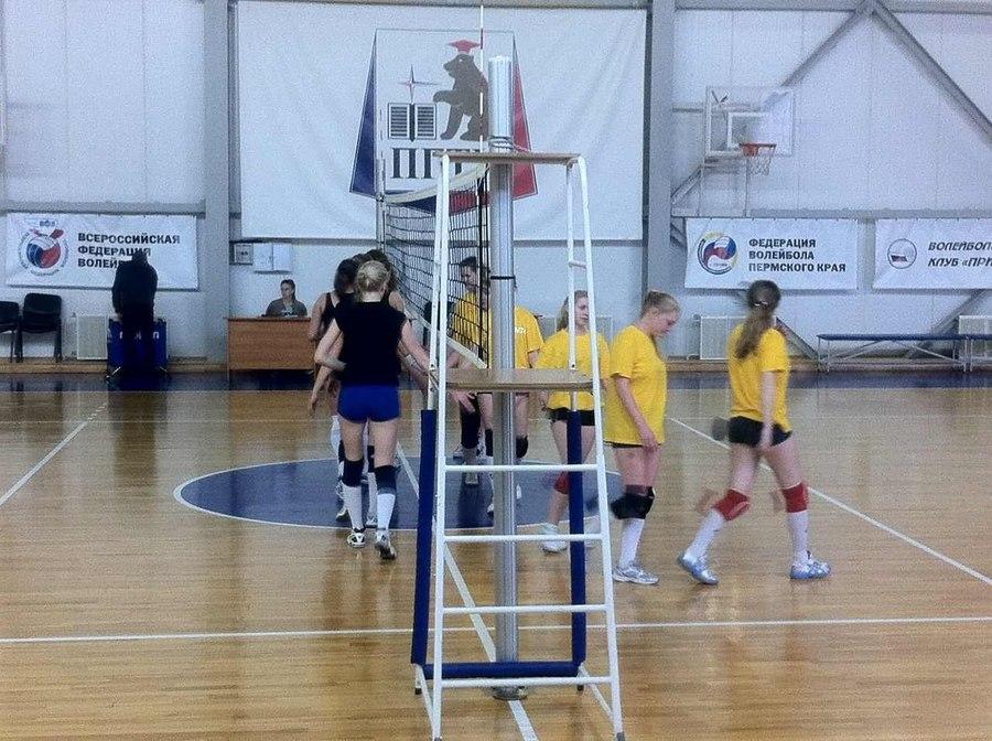 В Пермском политехе студентки сражаются в волейбол