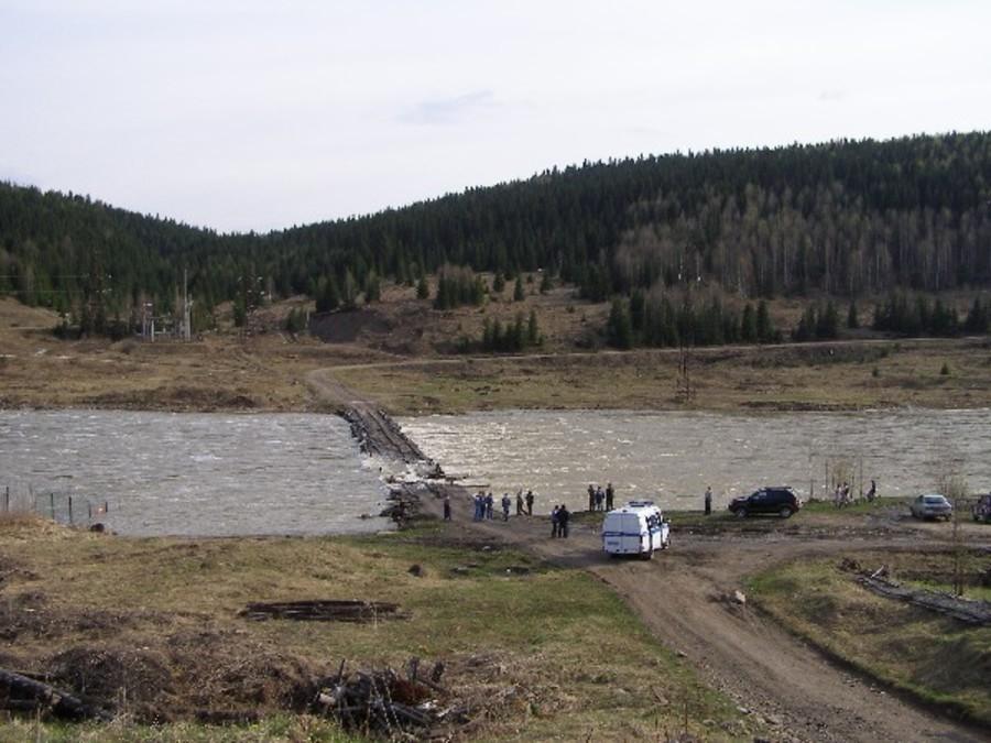 В Губахинском районе в реку Косьва упал трехосный автомобиль