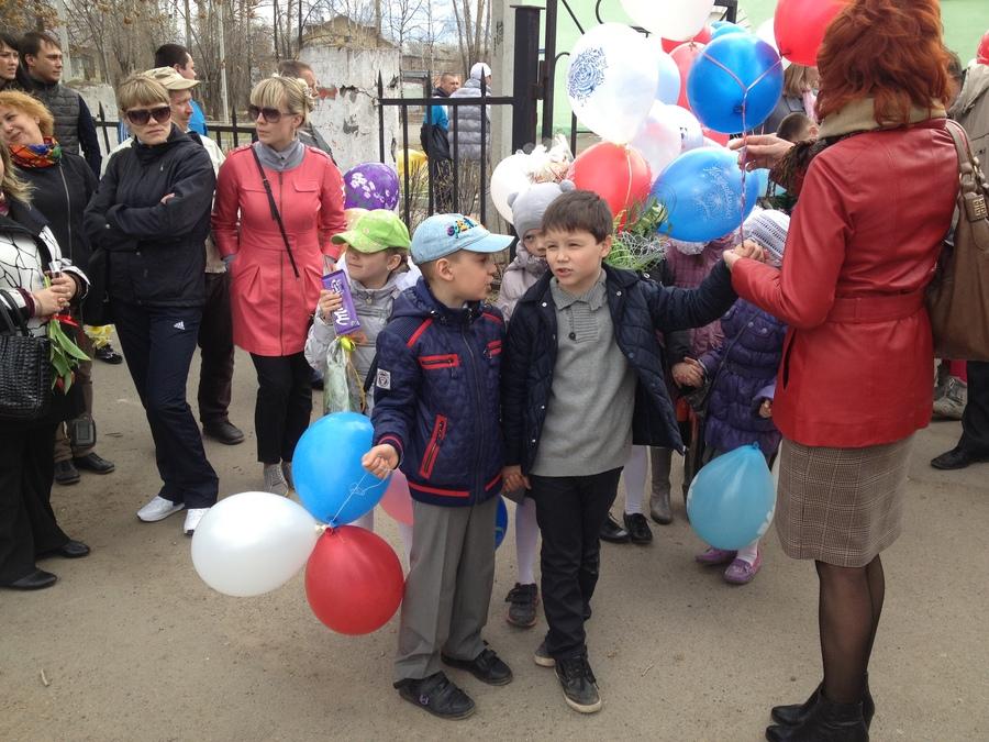 В Перми на Гайве школьники образовали живой коридор