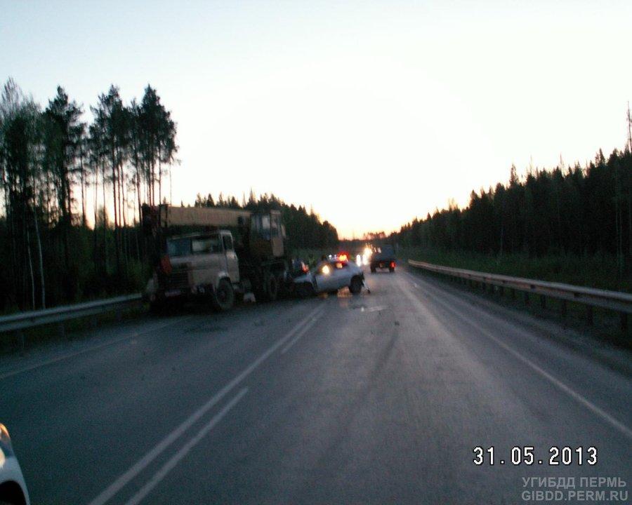 На автодороге Подъезд к Перми две легковушки атаковали сзади КРАЗ - фото 1
