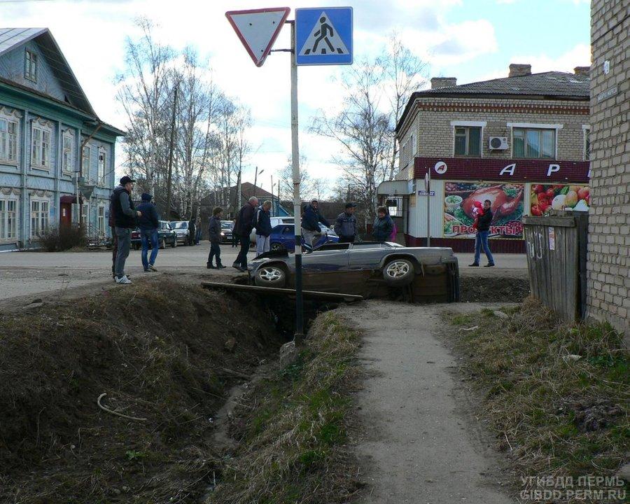 В Кудымкаре «семерка» «вписалась» в кювет