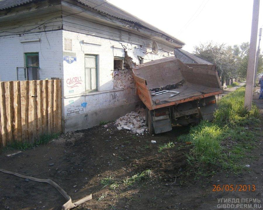 В Кунгуре Камаз врезался в дом, есть жертвы