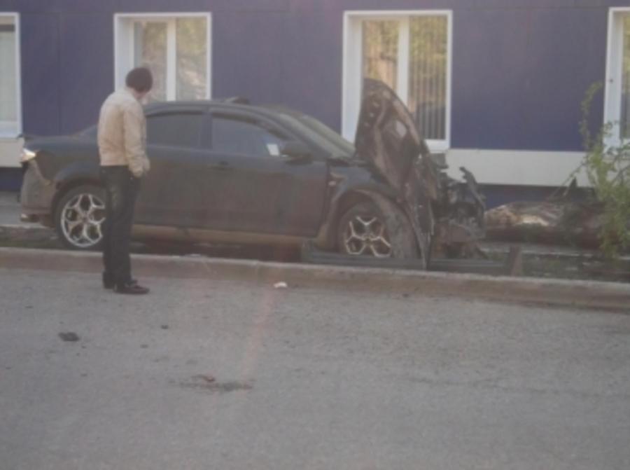 В Перми военный водитель Мазды врезался в дерево - фото 1