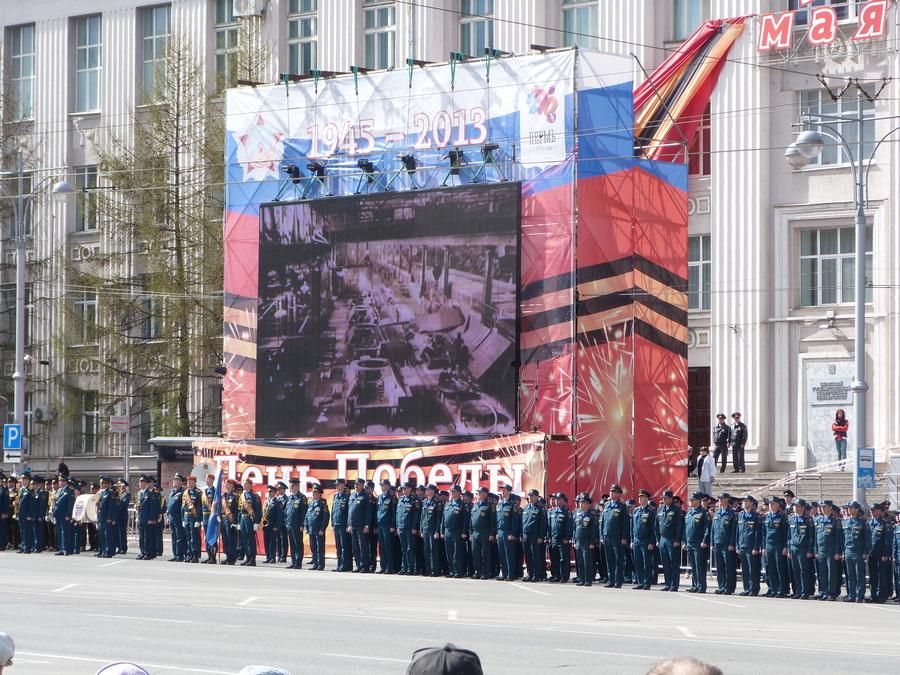 На Октябрьской площади Перми прошёл традиционный парад Победы - фото 1