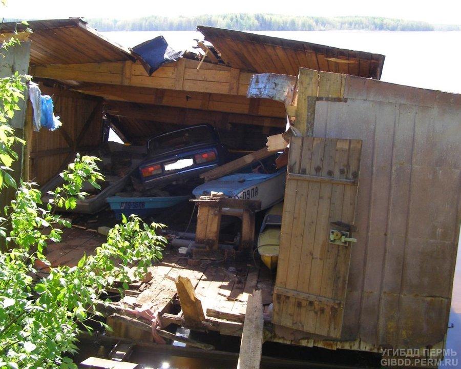 В Нытве «семерка» врезалась в лодочный гараж, трое погибли - фото 1