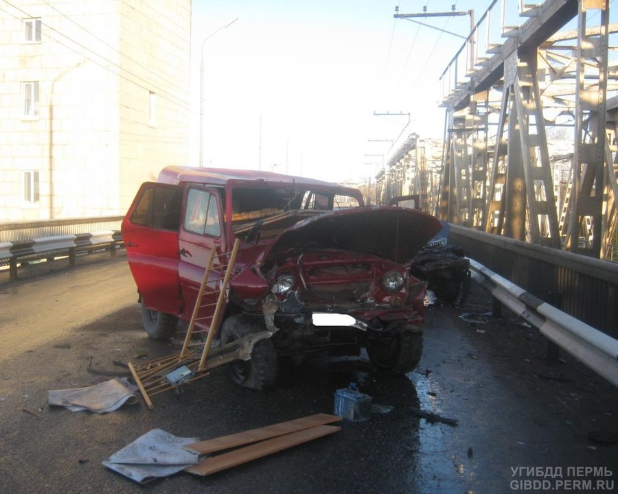 В Перми на дамбе Камской ГЭС столкнулись Волга с УАЗом - фото 1
