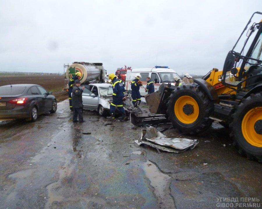 В Пермском районе в столкновении с трактором погибли водитель и пассажир Спектры - фото 1