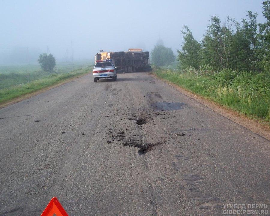 В Карагайском районе оторвавшийся карданный вал перевернул грузовик