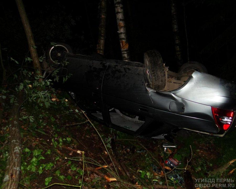 На трассе Кунгур — Соликамск в перевернувшейся Приоре тяжелые травмы получил молодой человек - фото 1