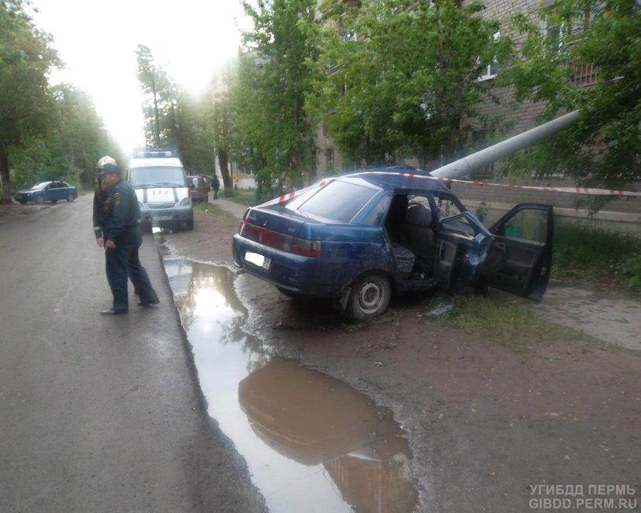 В Кировском районе Перми подросток на «десятке» сшиб бетонный столб