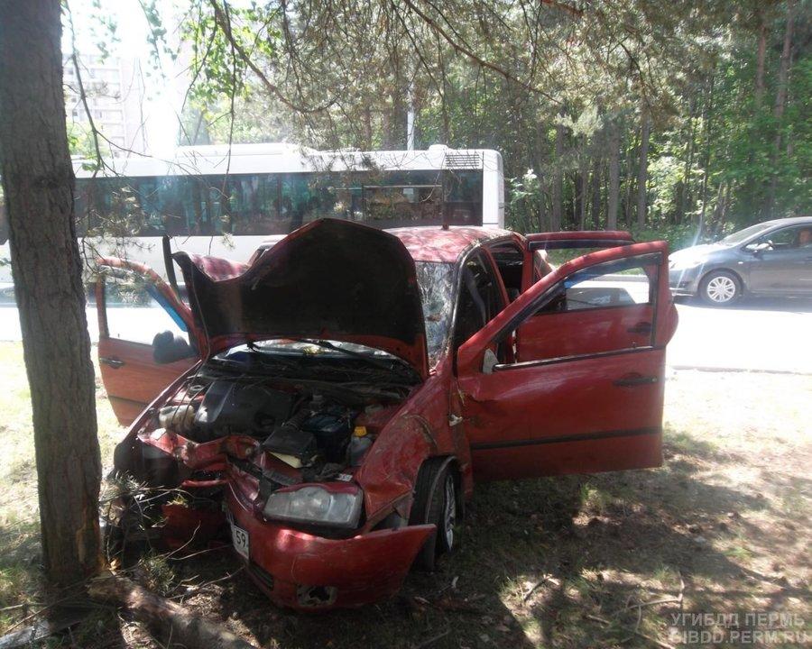 В ДТП в Кировском районе Перми пострадали двое взрослых и малыш - фото 1