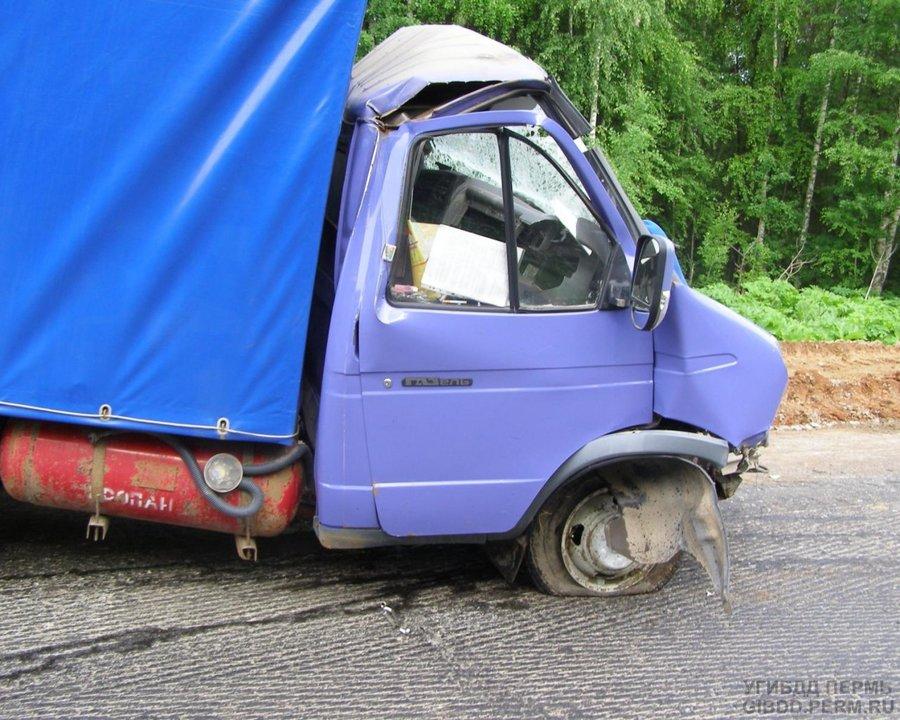 В Очерском районе в столкновении грузовиков погиб водитель Газели - фото 1