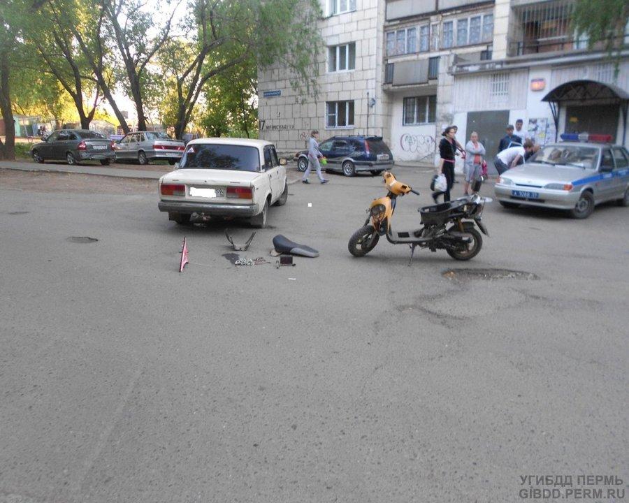 В Перми женщина на «семерке» сбила скутер со школьниками