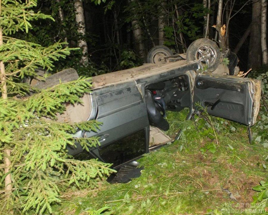 В Соликамском районе в опрокинувшейся машине погиб водитель - фото 1