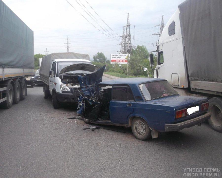 В Перми в столкновении «пятерки» с Газелью травмированы три человека