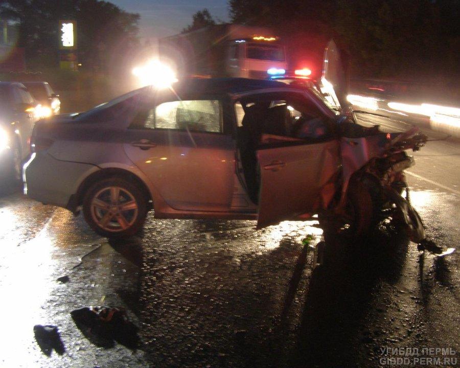 В Перми Фольксваген столкнулся с двумя автомобилями: четверо ранены, погибла девушка - фото 1