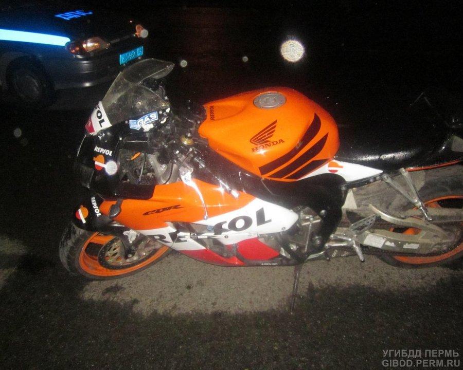В Перми упал мотоцикл с водителем и пассажиркой - фото 1