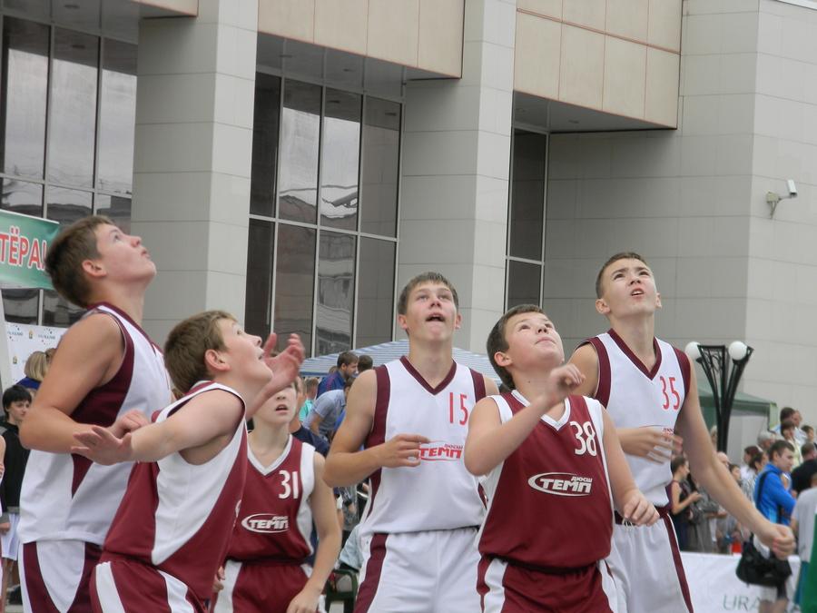 В Березниках прошли соревнования по уличному баскетболу