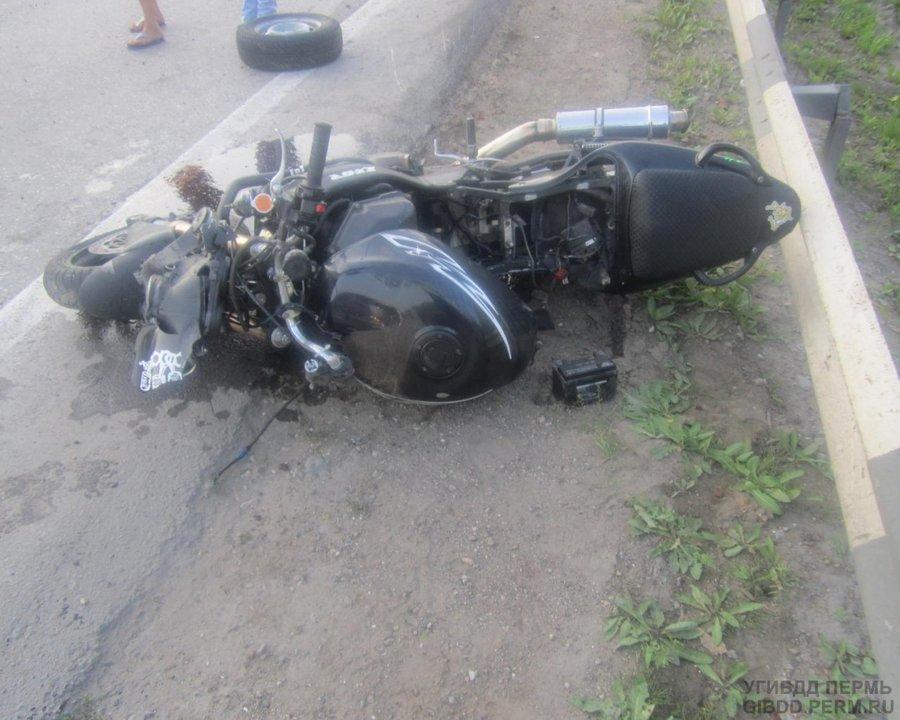 В Перми мотоциклист врезался в попутную машину - фото 1