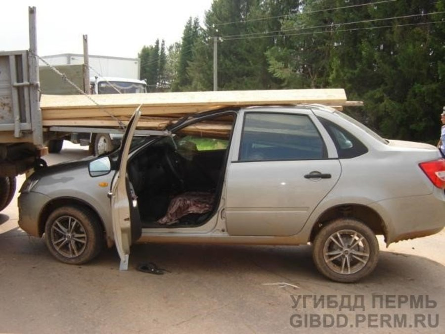 В Сивинском районе Гранта въехала под грузовик - фото 1