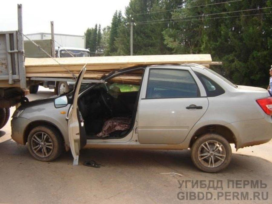 В Сивинском районе Гранта въехала под грузовик