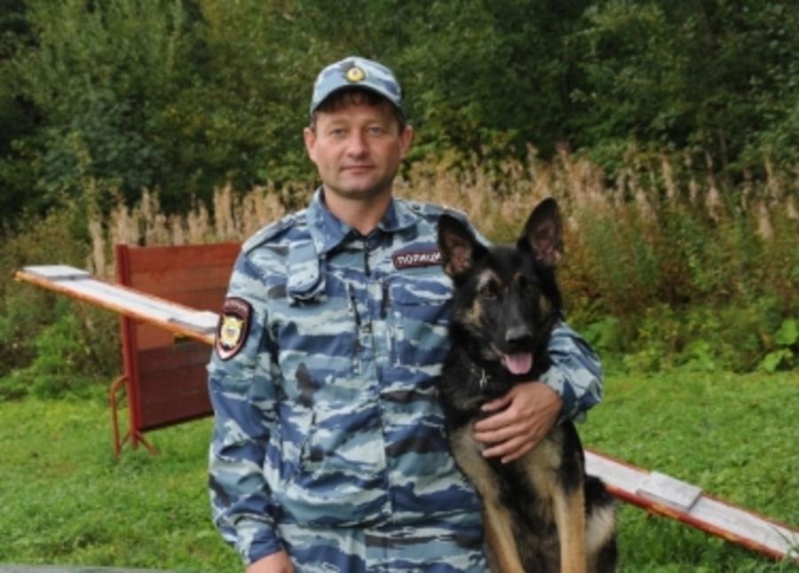 Полицейская собака Юстиция обнаружила в лесу пропавшую старушку и пять коз
